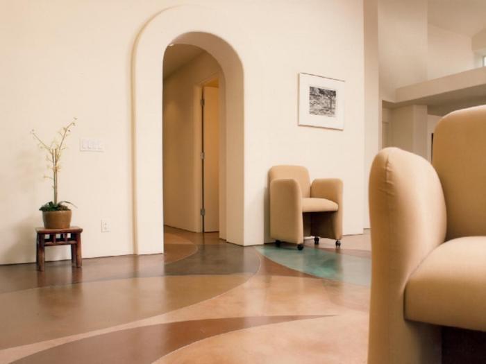 Fußbodenbelag aus Marmor in vier Farben Sessel und eine Vase ein Wartezimmer