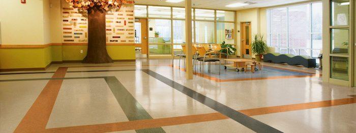 Fußbodenbelag in einem Wartezimmer auf Streifen aus Marmor in drei Farben