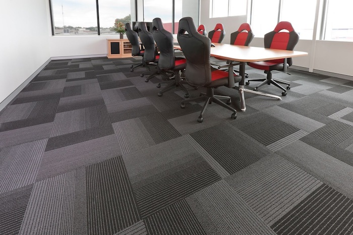 grauer Teppich wie Fliesen im Besprechungszimmer mit roten Stühlen pflegeleichter Teppich