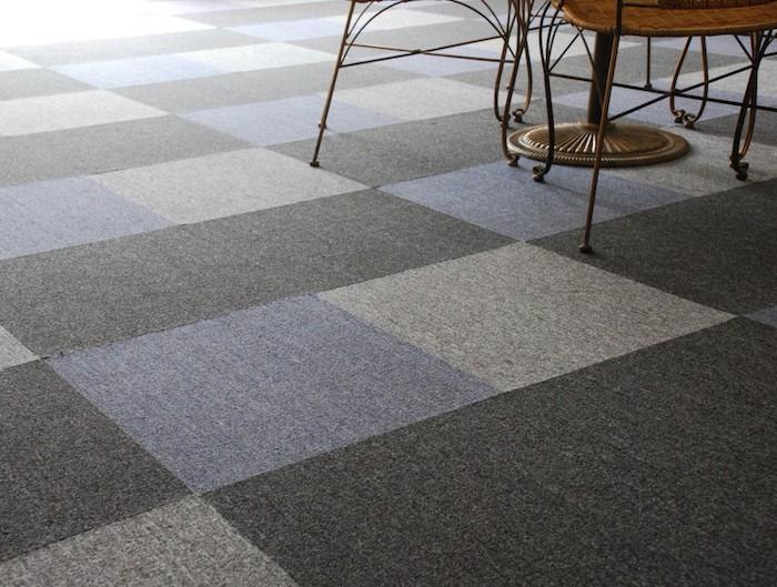 Design Fußboden wie bunte Fliesen, aber eigentlich Teppich - lila, graue und schwarze Farbe