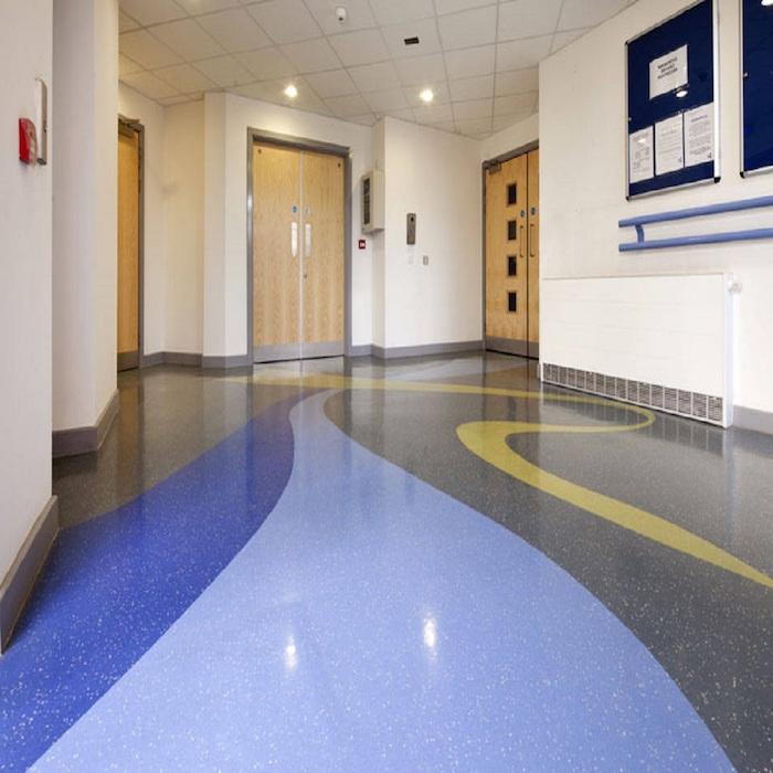 bunter Fußbodenbelag im Flur - Marmor in blauer und grauer Farbe gestrichen mit gelber Linie