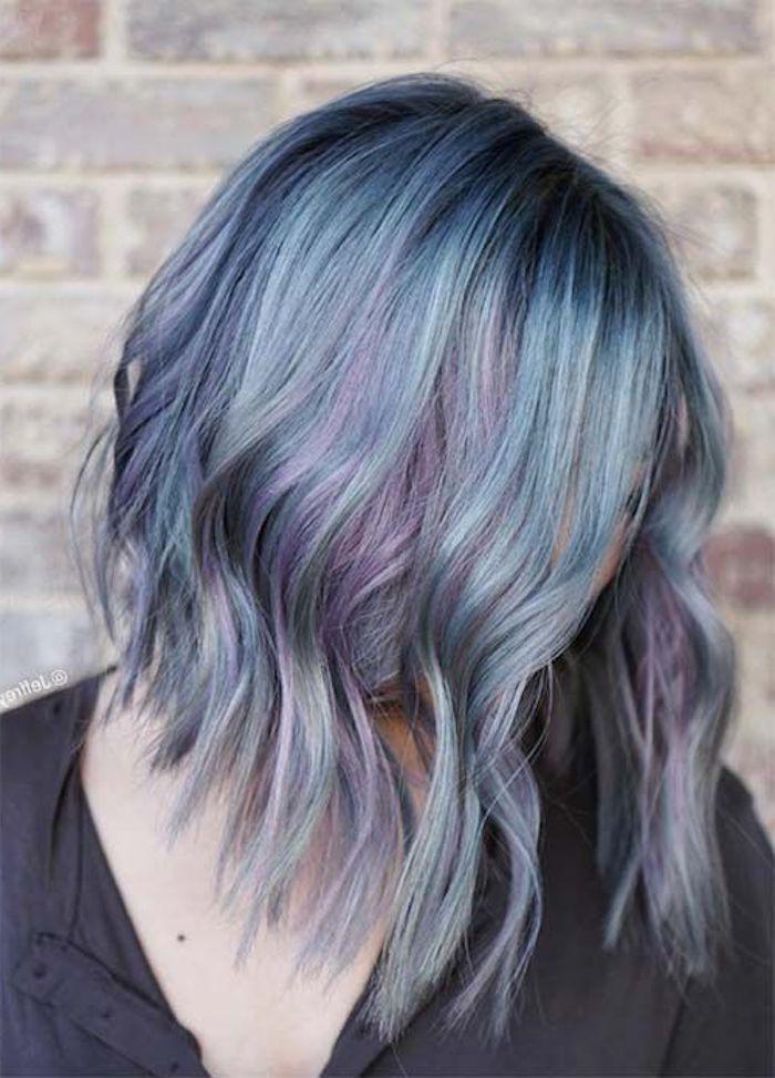 braune haare grau färben, mittellange lockige haare, lila graue haare