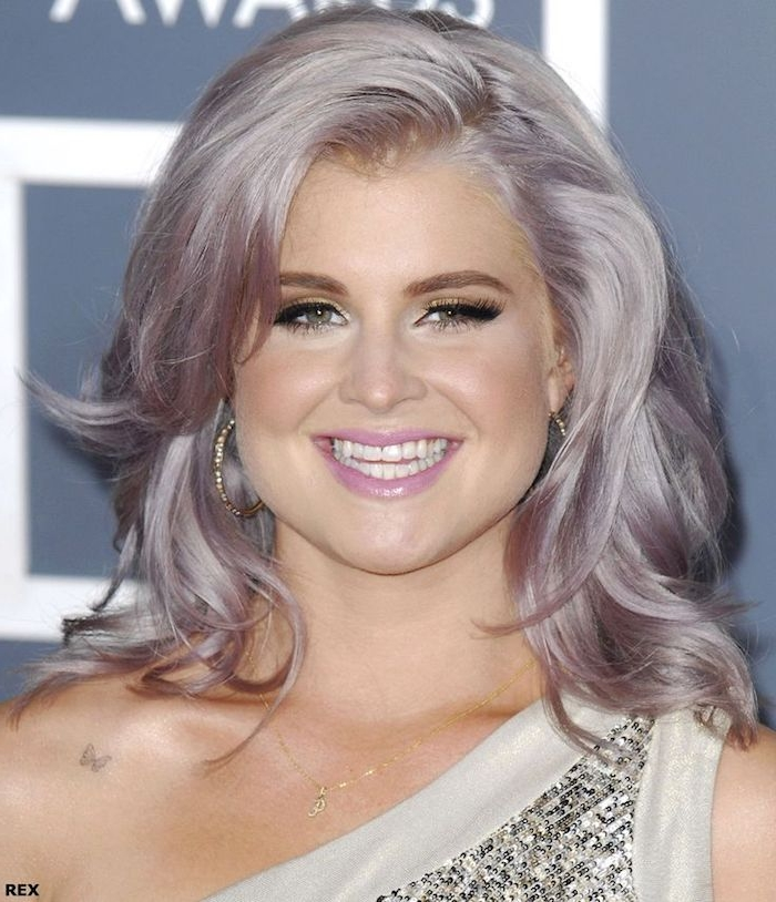 lila graue haare, mittellange frisur, abend make-up