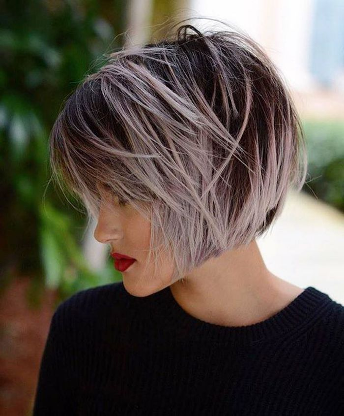 lila graue haare, dame mit schwarzer bluse und kurze frisur