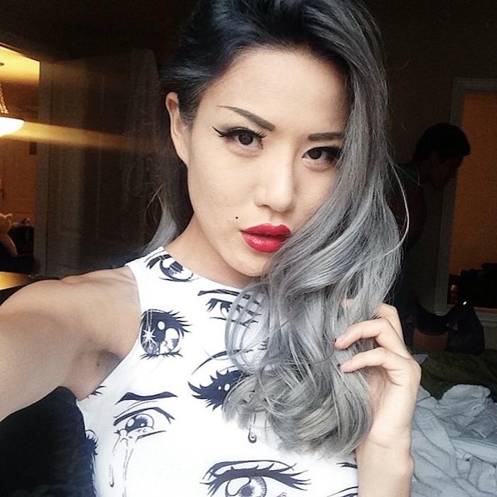 braune haare grau färben, mittellange frisur, silberne haare mit schwarzem ansatz