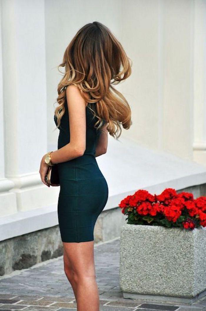 ombre frisuren schöne frau geht zur party ein kleines schwarzes kleid ombre haare absatzschuhe