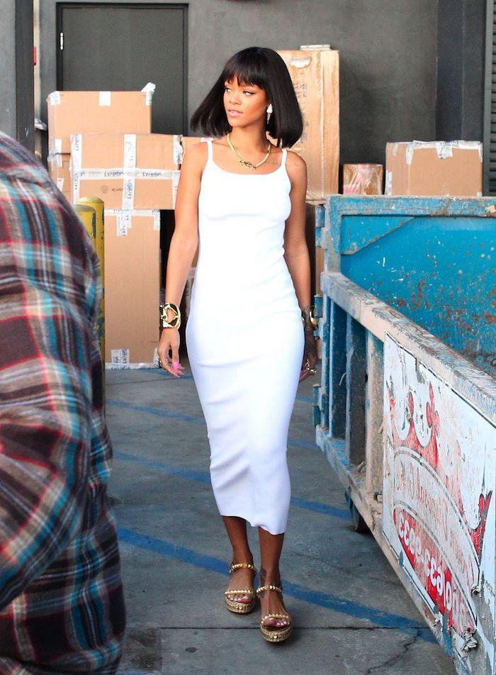 schminken kleopatra look von rihanna langes weißes kleid schicke frisur ideen