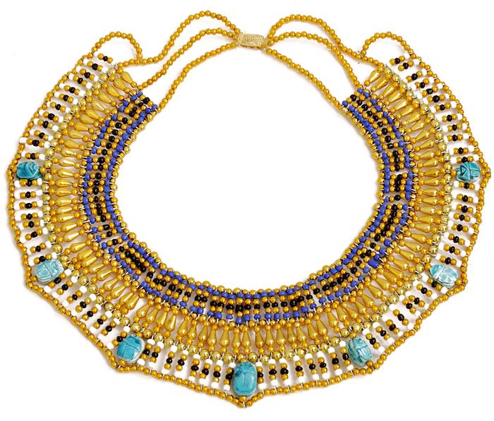 cleopatra make up lässt sich toll mit großen schmuckstücken kombinieren perlenkette