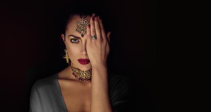pharaonin kostüm idee mit goldenem schmuck viele goldene dekorationen rote lippen