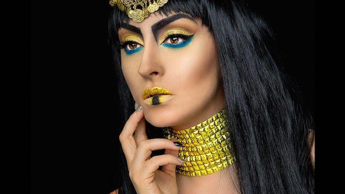 cleopatra kostüme gelb goldene schminke und schmuckstücke blaue lidschatten