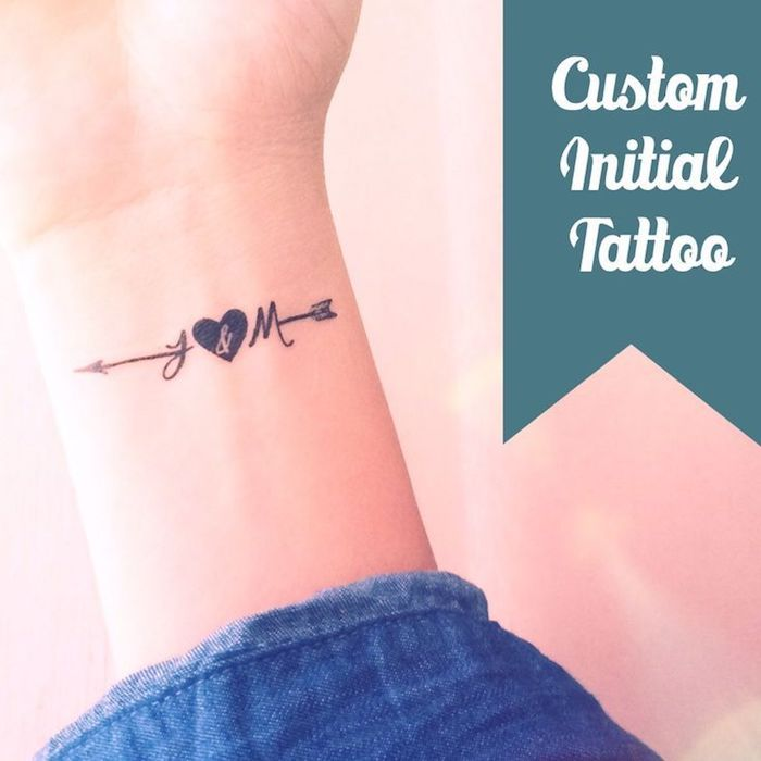 werfen sie einen blick auf diese idee für einen kleinen schönen schwarzen tattoo mit herzen und einem kleinen schwarzen pfeil