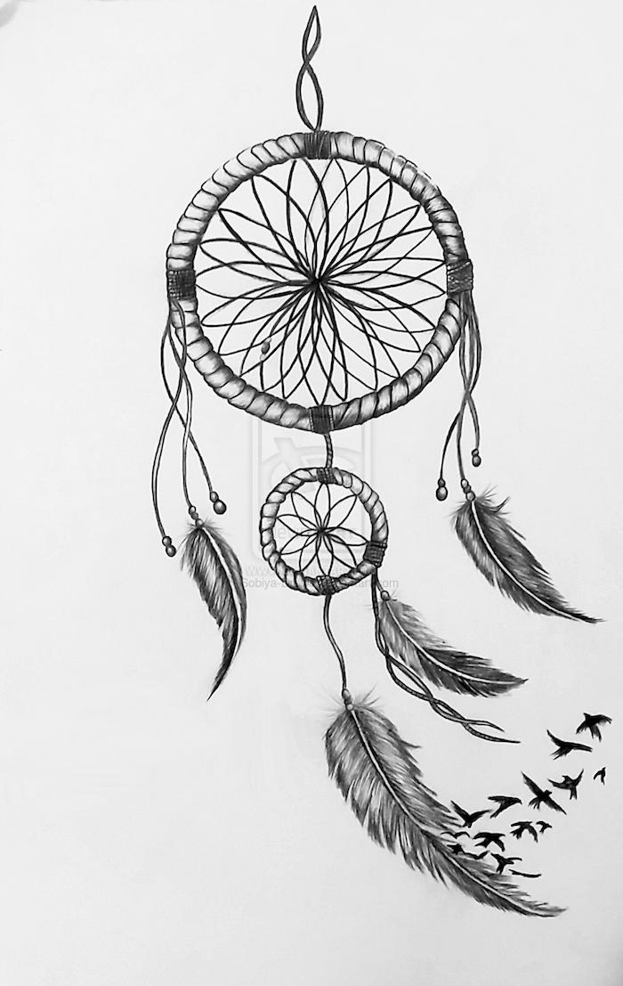 hier zeigen wir ihnen einen tollen schwrzen großen traumfänger tattoo mit schwarzen federn und schwarzen vögeln