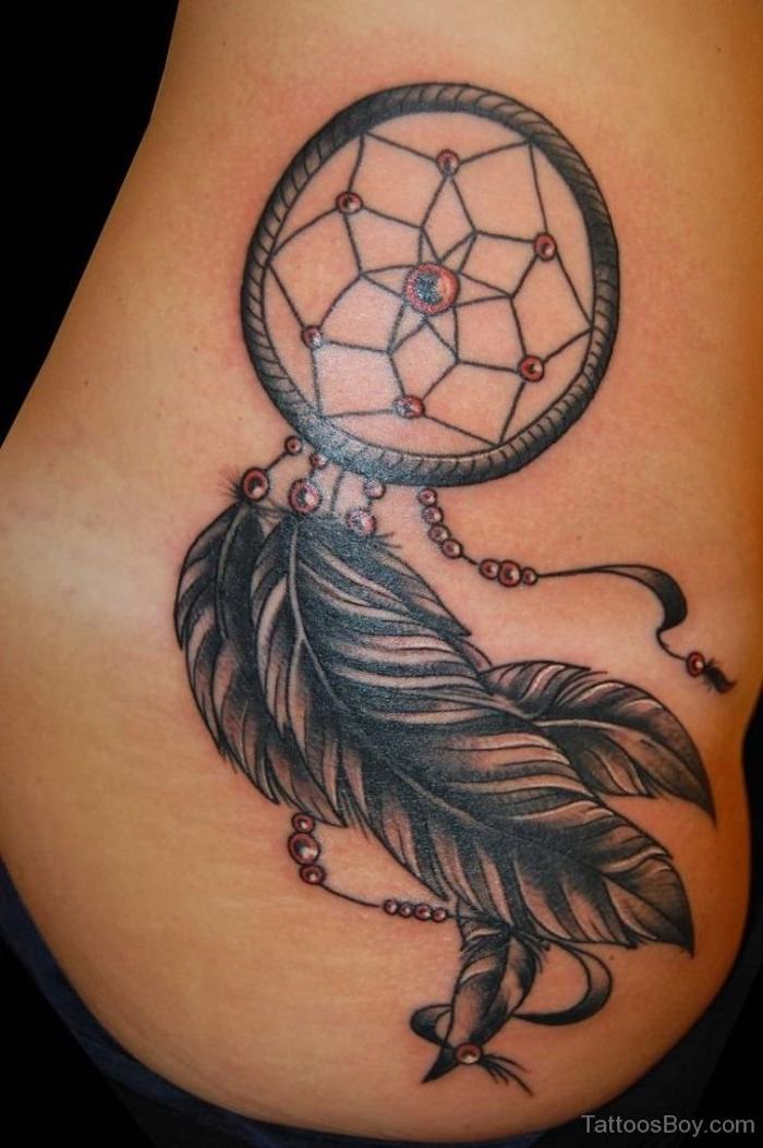 jetzt inden sie hier eine unserer tollen ideen für einen dreamcatcher mit zwei schwarzen federn - idee für tattoo für die frauen