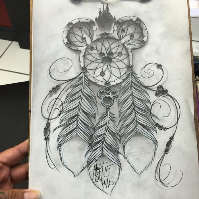 hier finden sie eine ganz tolle idee für einen traumfänger tattoo mit langen schwarzen federn und einem kleinen schwarzen schloss