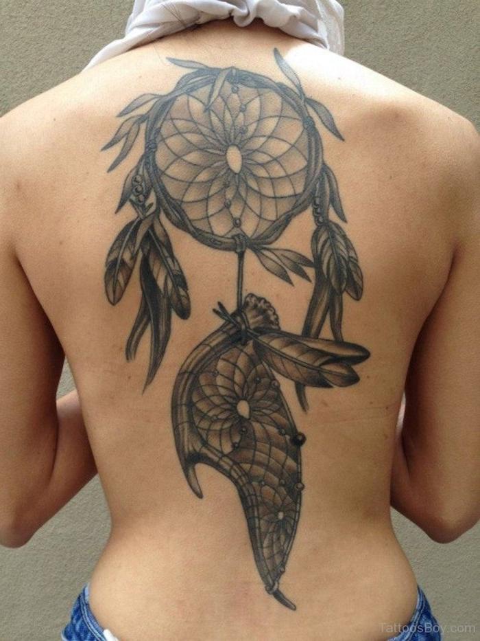 hier finden sie eine der besten ideen zum thema schwarzer tattoo mit einem schwarzen traumfänger mit federn auf dem nacken einer frau