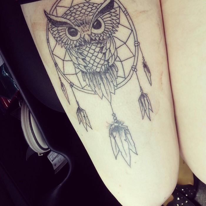 werfen sie einen blick auf diese idee für einen tattoo mit einer eule und einem schwarzen großen traumfänger mit langen federn