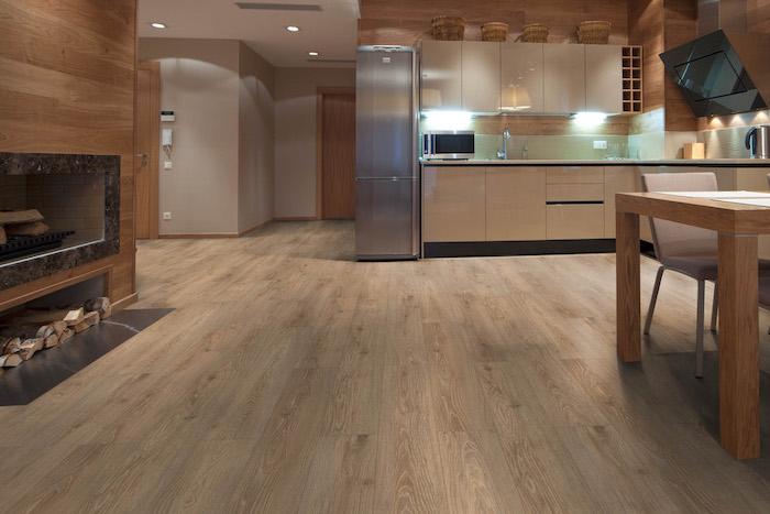 Bodenbeläge in der Kücher - ein grauer Kühlschrank, LED Beleuchtung einer Kamin