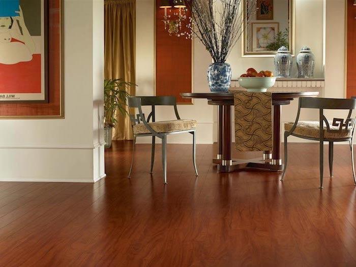 Bodenbeläge ein Esszimmer orientalische Dekoration zwei ausgefallene Stühle