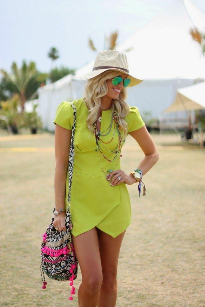 strandbekleidung bunte farben grün gelb moderne ideen tasche bunt brille blonde frau hut