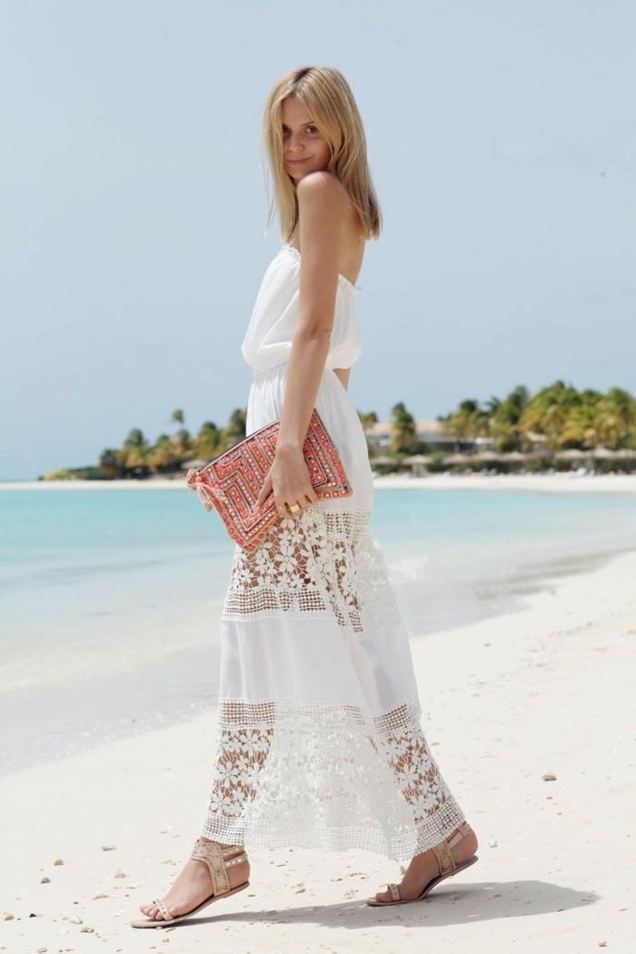 strandbekleidung langes transparentes kleid in weißer farbe kombiniert mit bunter tasche