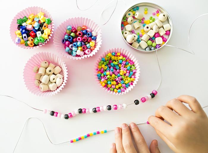 Basteln mit Kindern, kreative und einfache DIY Ideen, Armband aus Draht und bunten Perlen selber machen