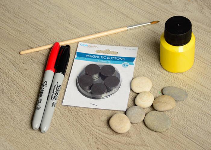 Magnet selber machen, DIY Ideen für Kinder, Materialien: Dekosteine,kleine Magnete, Textmarker, Pinsel, Klebstoff