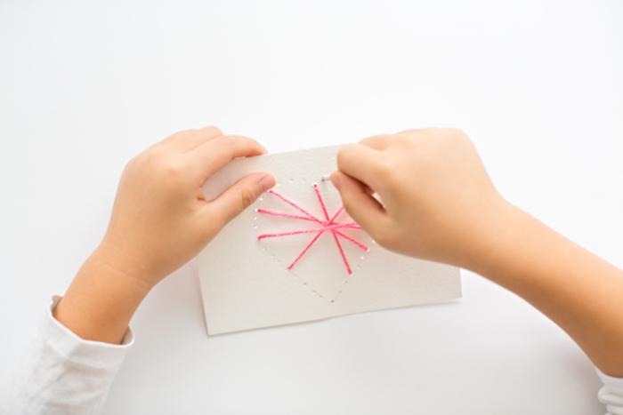 Postkarten aus Papier und Garn selber basteln, rosa Herz, einfache DIY Projekte für Kinder
