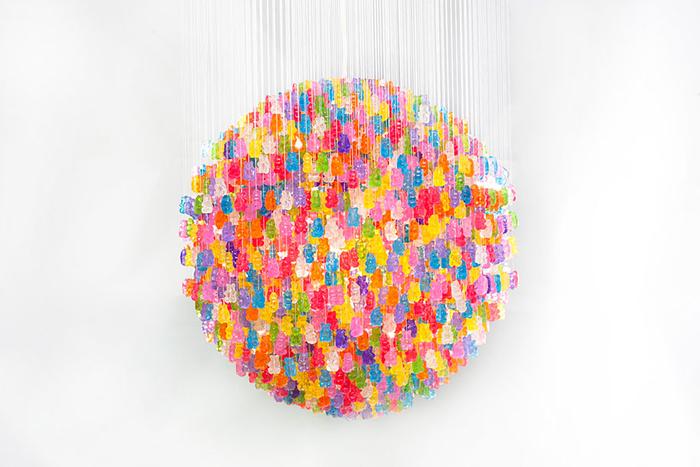 DIY Lampe, extravagante und kreative Ideen zum Selbermachen, Materialien: bunte Bärchen aus Acryl