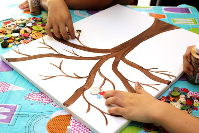 DIY Projekt für Kinder, Baum mit Knöpfen verzieren, mit Klebstoff befestigen