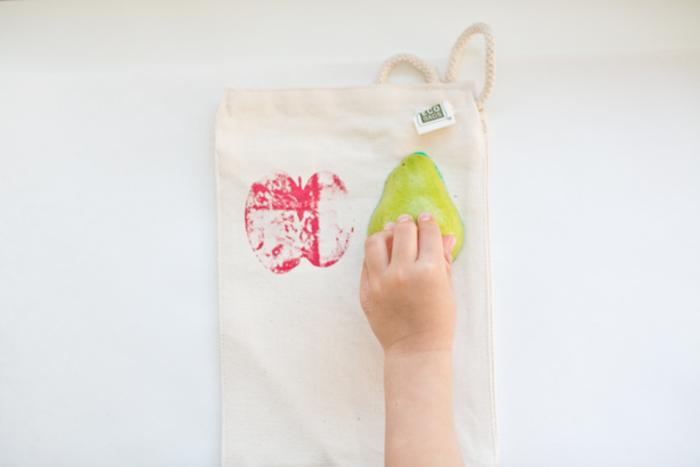 DIY Projekte für Kleinkinder, Stempel aus Früchten selber machen, Apfel und Birne