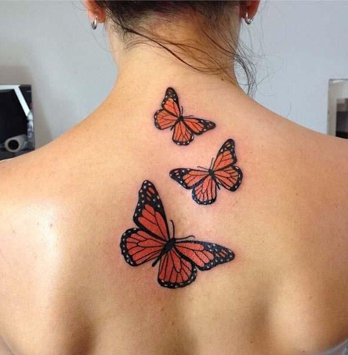 noch eine ganz tolle idee für einen 3d tattoo schmetterling auf dem rücken einer jungen frau - hier finden sie dre fliegende rote schmetterlinge