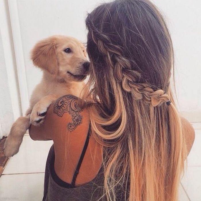 ombre mittellanges haar haarfrisur mit zopf gebunden frau und hund schönes foto ideen