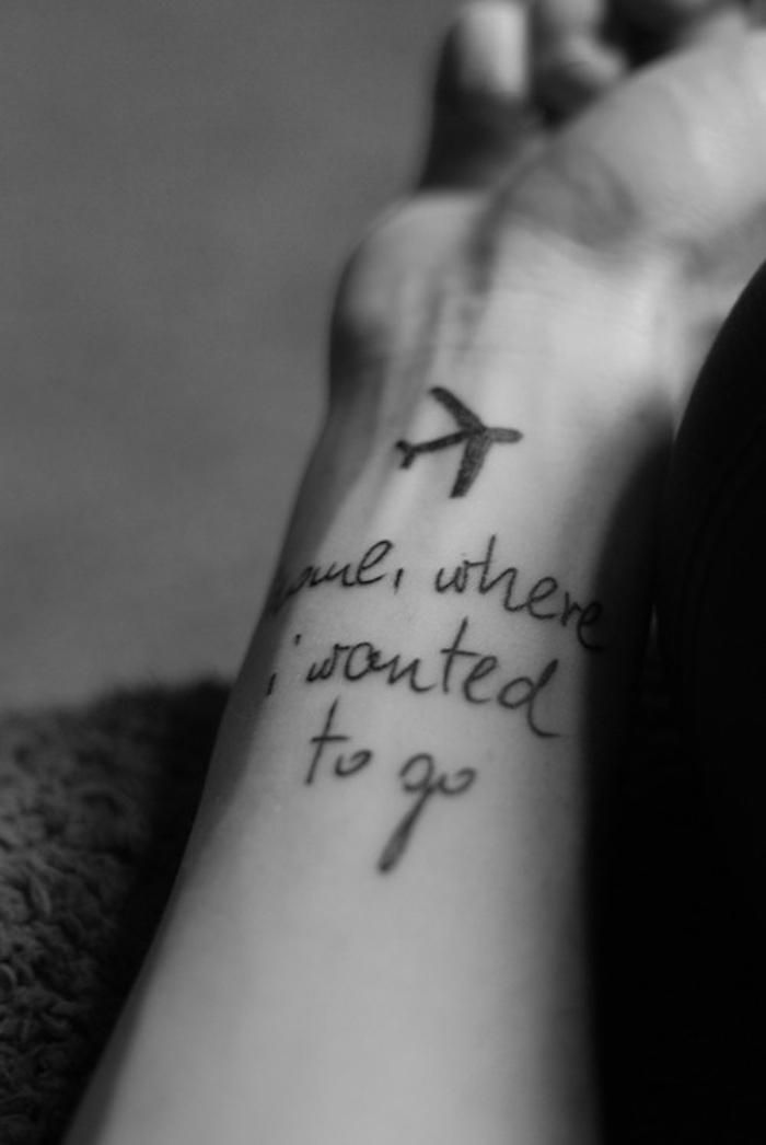 idee zum thema tattoo schriften handgelenk - hier ist ein kleiner schwarzer flugzeug tattoo