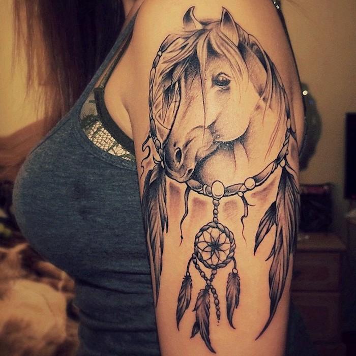 werfen sie einen blick auf diese idee für tattoo für eine frau auf dem schulter - ein tattoo mit einem pferd und einem traumfänger mit langen federn