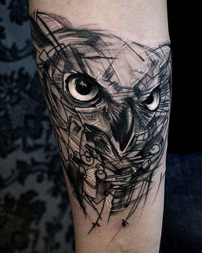 jetzt eine idee für einen tattoo owl - hier ist ein uhu mit großen schwarzen augen - idee für eine tätowierung auf hand