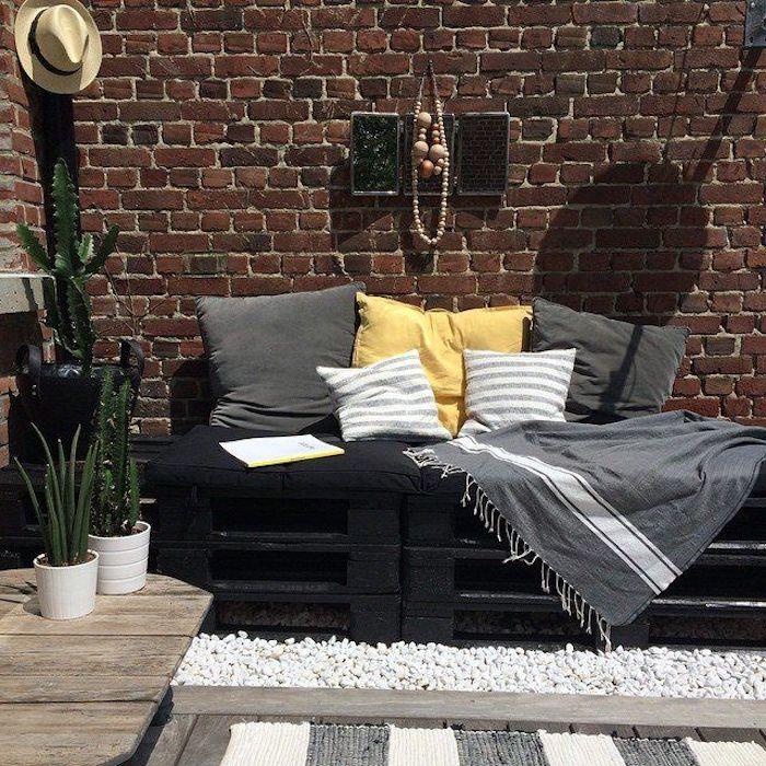 jetzt zeigen wir ihnen eine ganz tolle idee für ein schwarzes sofa mit grauen und gelben kissen und hut und blumentöpfe mit grünen pflanzen