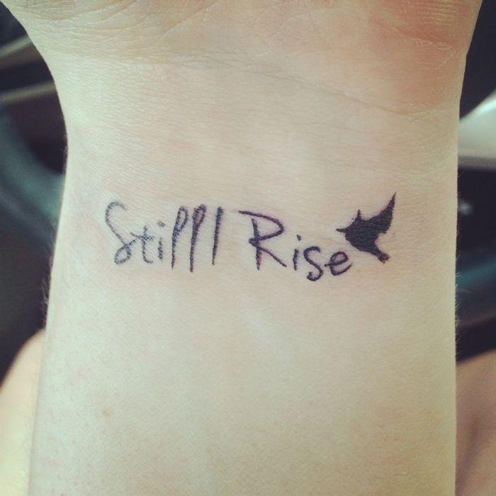 das ist eine idee für einen kleinen schwarzen vogel tattoo auf dem handgelenk einer hand