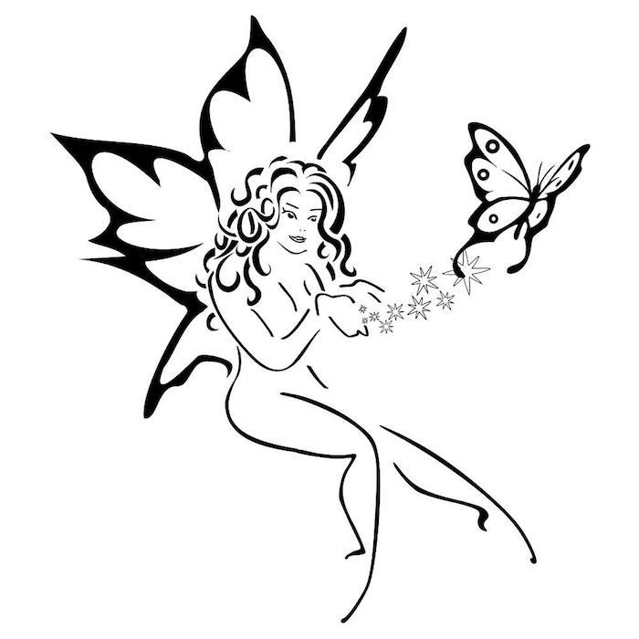 werfen sie einen blick auf diese idee für einen tollen märchenhaften schwarzen tattoo - eine junge frau mit schwarzen flügeln und ein schwarzer fliegender schmetterling und sterne