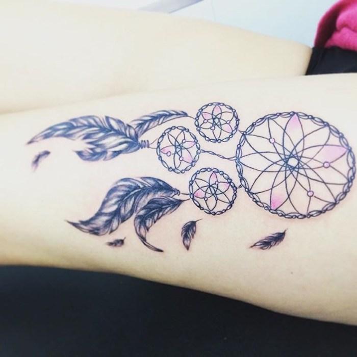 das ist eine des besten ideen zum thema tattoo mit einem traumfänger auf dem hand - hier ist ein dreamcatcher mit schwarzen federn