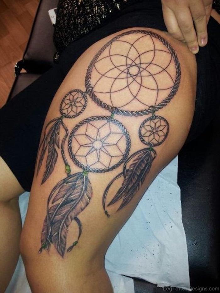 idee für einen tattoo für eine frau mit einem schwarzen großen traumfänger mit großen schwarzen federn auf bein