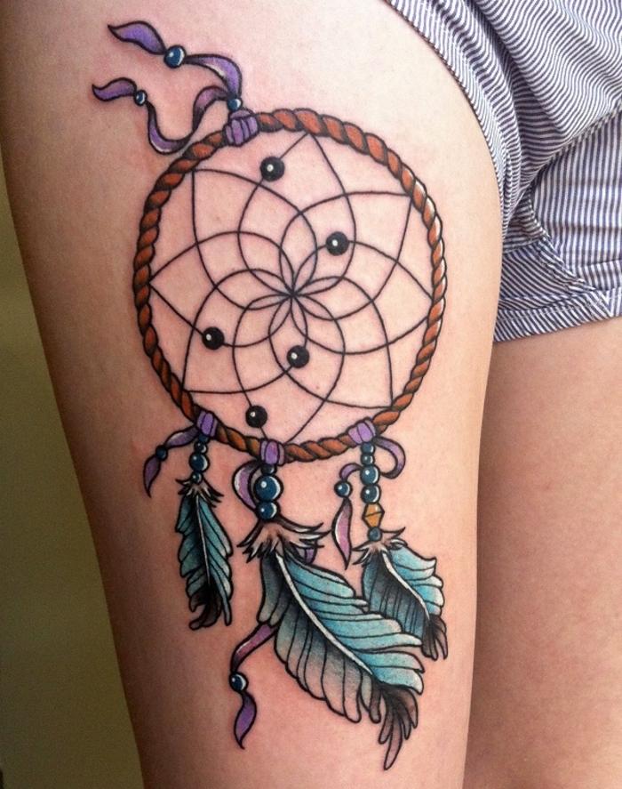 hier finden sie eine ganz tolle idee zum thema tattoo mit einem bunten märchenhaften traumfänger mit blauen schönen federn