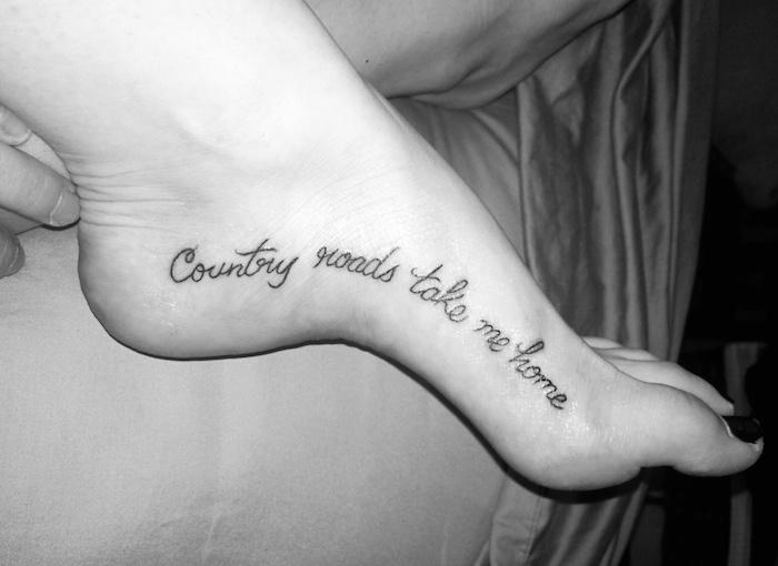 die Wege auf dem Land führen mich Zuhause sagt diese Tattoo Sprüche am Fuß