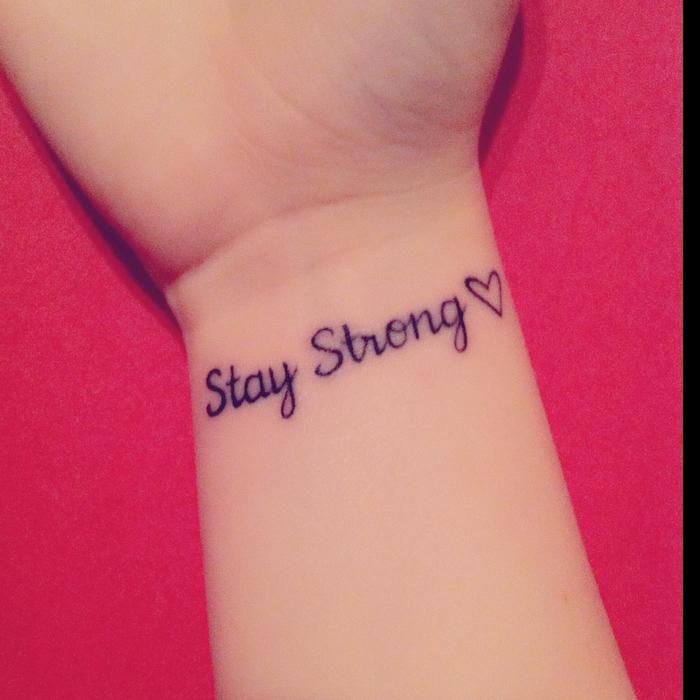 Sei stark steht auf einem Tattoo geschrieben Tattoo Schriftzüge und ein kleines Herz