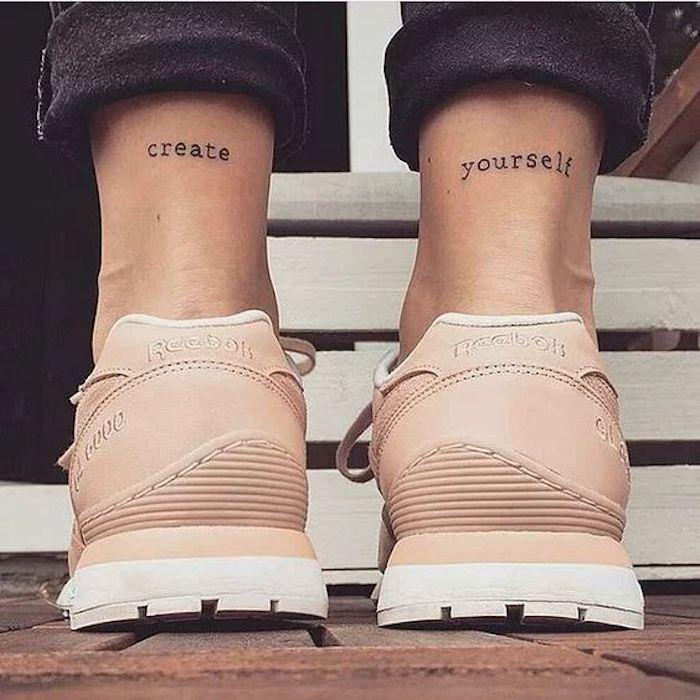 ein kreatives Zitat hinten auf den beiden Füßen Tattoo Schriftzüge Reebok Turnschuhe