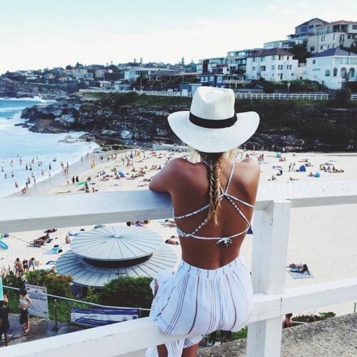 beach outfits trendy im sommer 2017 weiß-goldenes kleid mit besonderem rücken teil