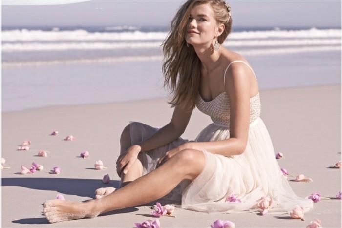strandbekleidung langes breites kleid dezente farbe champagner blonde frau