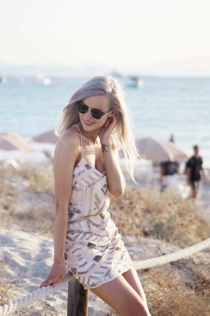 beach outfits moderne frau kurzes kleid in dezenten farben rosa weiß golden brille