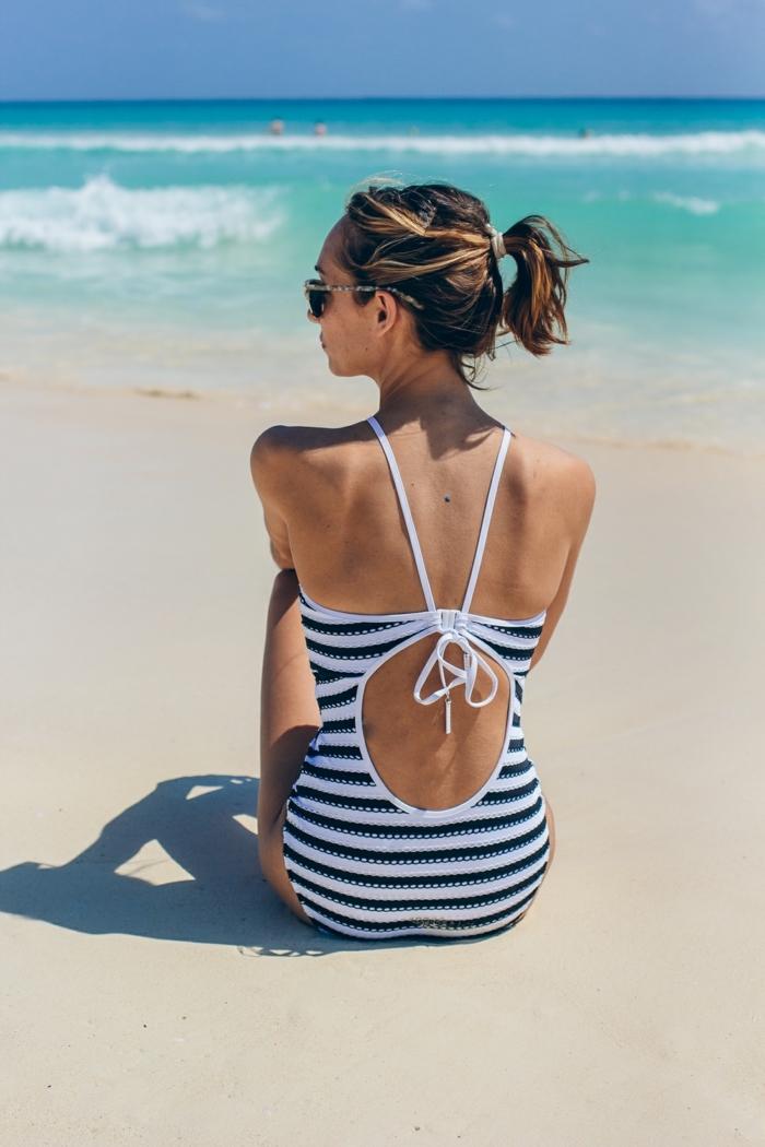 italienische bademode nackter rücken weiß blau badeanzug foto am strand
