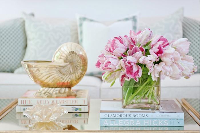 feng shui, sofa, rosa blumen, glasvase, dekoartikel, bücher