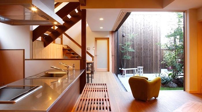 feng shui wohnen, küche in hellbraun, treppe, kochinsel, sessel, garten